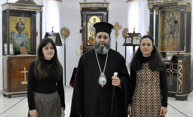 Ο Σεβασμιώτατος με τις δύο Κατηχήτριες του Ι.Ν. Αγίου Σπυρίδωνος Σαλαμίνος
